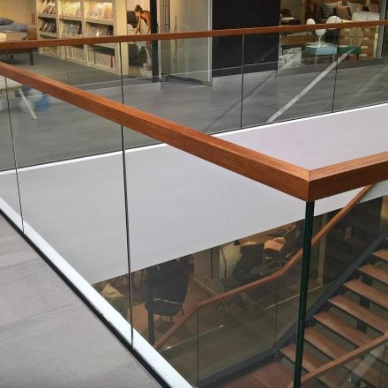 Jak stworzyć ciekawe wnętrze ze schodami szklanymi?